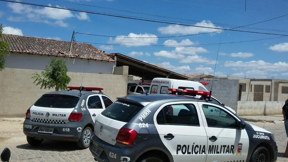 Assaltantes baleados chegaram mortos à unidade de saúde da cidade de Tenente Laurentino Cruz, no interior do RN (Foto: Edson Dantas)