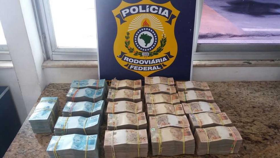 Polícia Rodoviária Federal de Vitória da Conquista, na Bahia, apreendeu R$ 700 mil em dinheiro dentro de mala levada em ônibus (Foto: Divulgação/PRF)