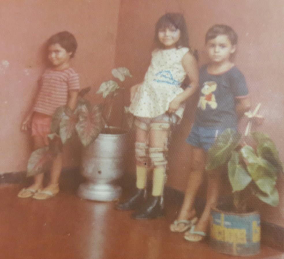 Laura Martins, na infância, ao lado de dois dos irmãos — Foto: Arqruivo pessoal/Laura Martins