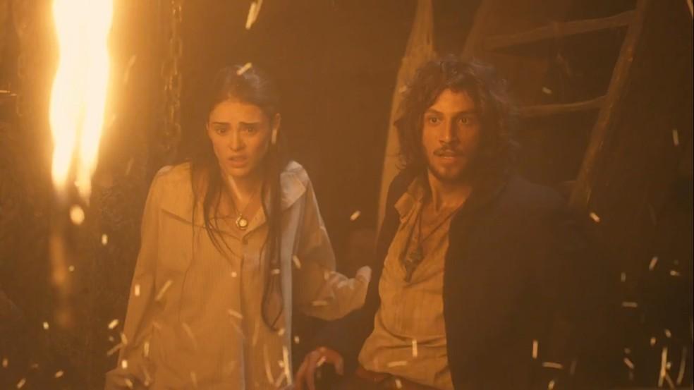 Anna (Isabelle Drummond) e Joaquim (Chay Suede) veem Thomas (Gabriel Braga Nunes) queimar e não conseguem ajudá-lo, em 'Novo Mundo' — Foto: TV Globo