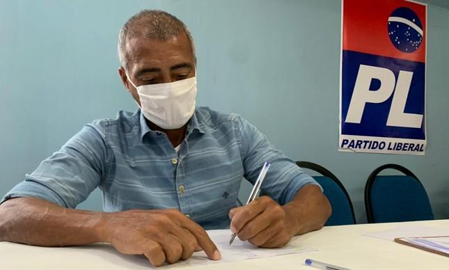 Romário assina filiação com o PL