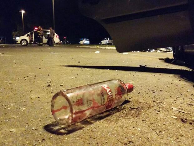 Garrafa de bebida alcóolica foi encontrada no local do acidente  (Foto: Gabriel Tedde/ Marília Notícias)
