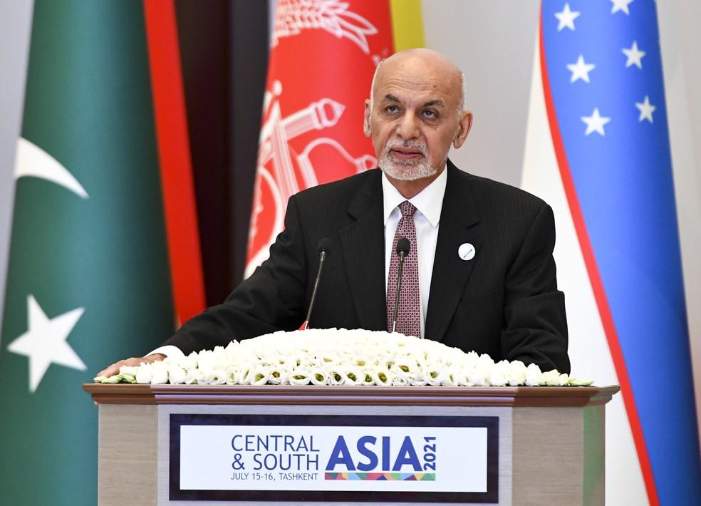 O presidente do Afeganistão, Ashraf Ghani, durante discurso na conferência de 2021 da Ásia Central e Sul em Tashkent, no Uzbequistão, em 16 de julho de 2021 — Foto: AP