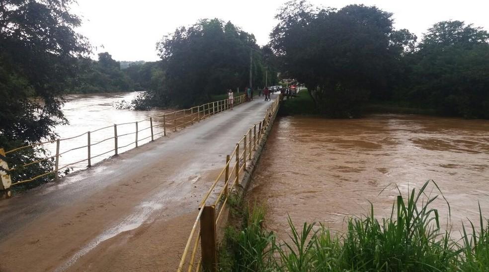 Nível de rio subiu e chegou a quase a atingir ponte em Santana do Jacaré no fim de semana (Foto: Robson Roberto de Souza)