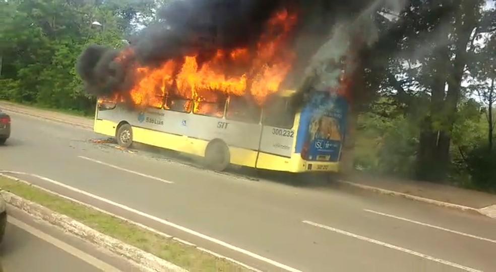 -  Veículo do Consórcio Upaon-açu ficou tomado pelas chamas  Foto: Reprodução/TV Mirante