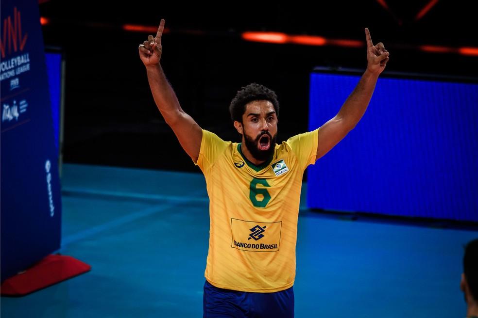 Cachopa no jogo entre Brasil e Canadá — Foto: FIVB