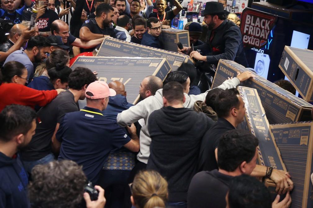 Consumidores disputam aparelhos de televisão em loja de São Paulo, durante Black Friday, nesta quinta-feira (28). — Foto: Rahel Patrasso/Reuters