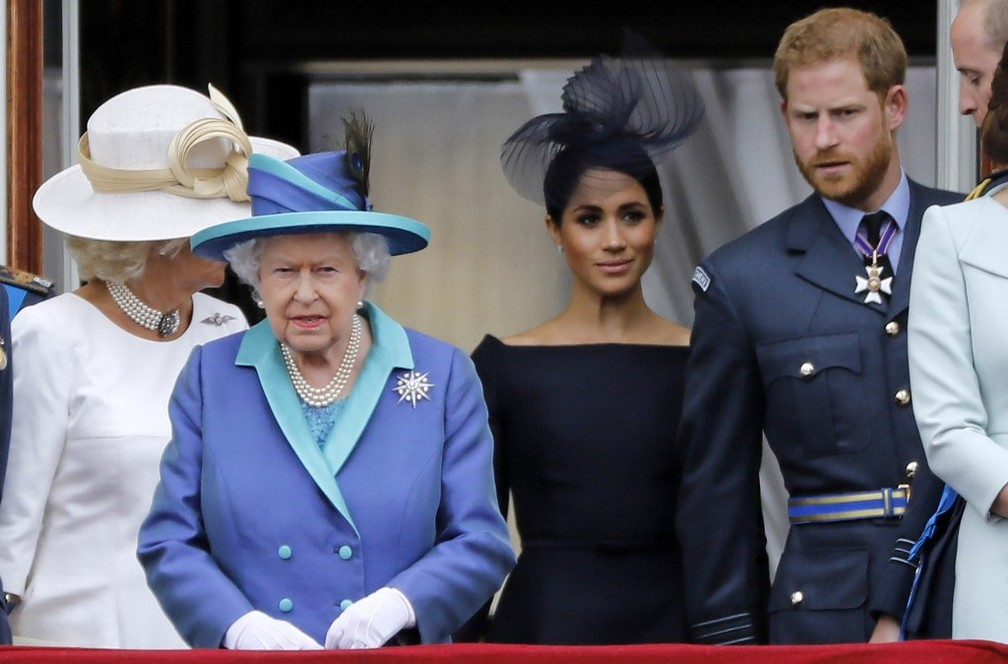 Camilla, duquesa de Cornwall, Elizabeth II, rainha da Inglaterra, Meghan, duquesa de Sussex, Harry, duque de Sussex e o príncipe William durante evento da Força Aérea Real britânica, em 10 de julho de 2018 — Foto: Tolga Akmen / AFP