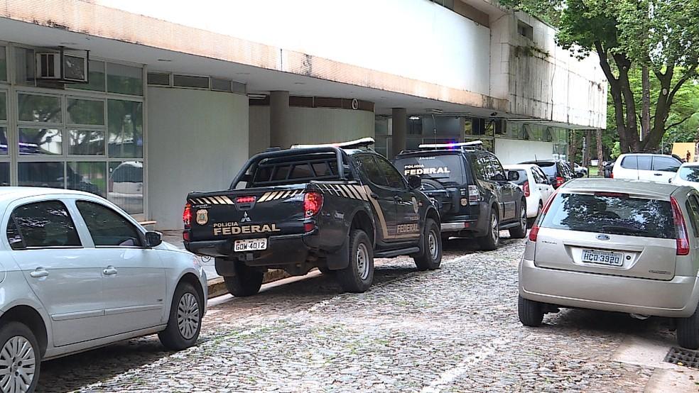 Viaturas da PF perto da reitoria da UFMG, em BH (Foto: Reprodução/TV Globo)
