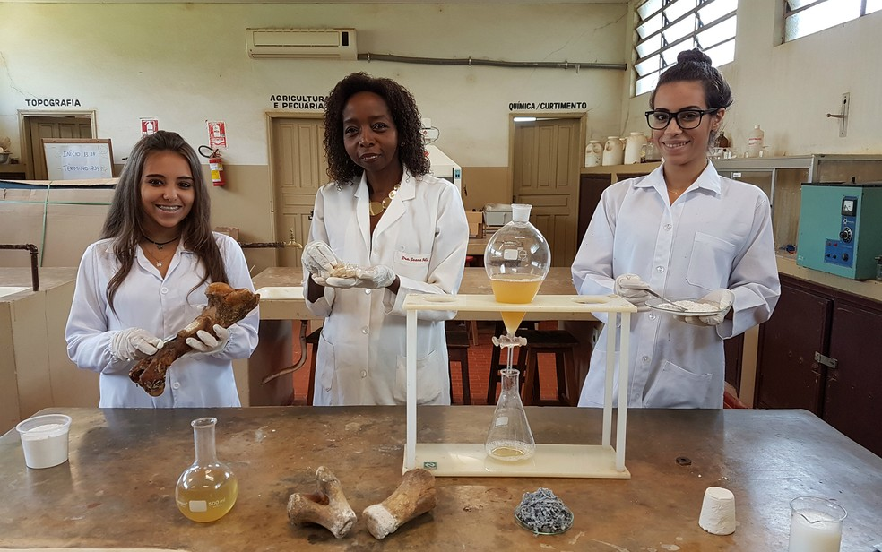 Joana D'arc Félix de Souza com alunas no laboratório da escola técnica em Franca, SP — Foto: ETEC/Divulgação