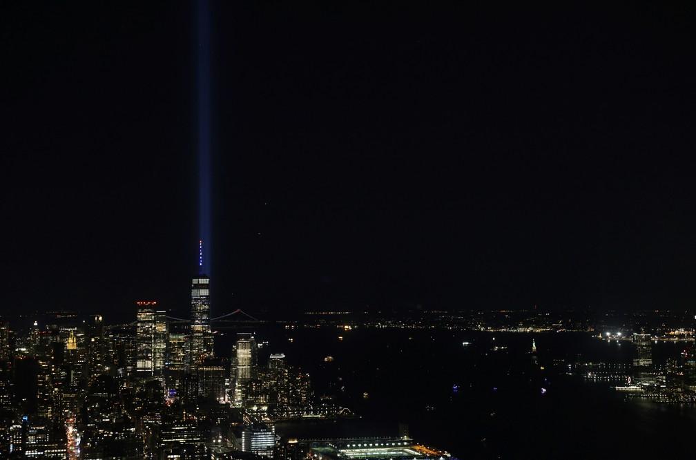 Uma instalação artística criou feixes de luz no local onde ficavam as Torres Gêmeas em Nova York — Foto: Jeenah Moon/Reuters