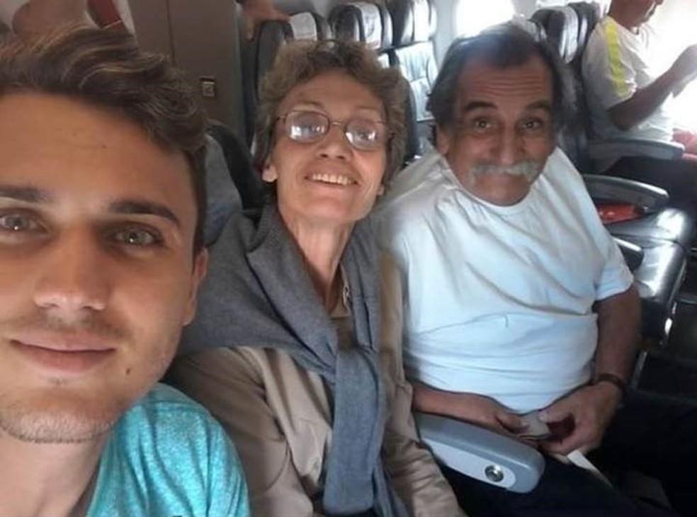 Pedro, Sueli e Lúcio em uma das últimas viagens em família, quando ela ainda conseguia andar e falar — Foto: Arquivo Pessoal