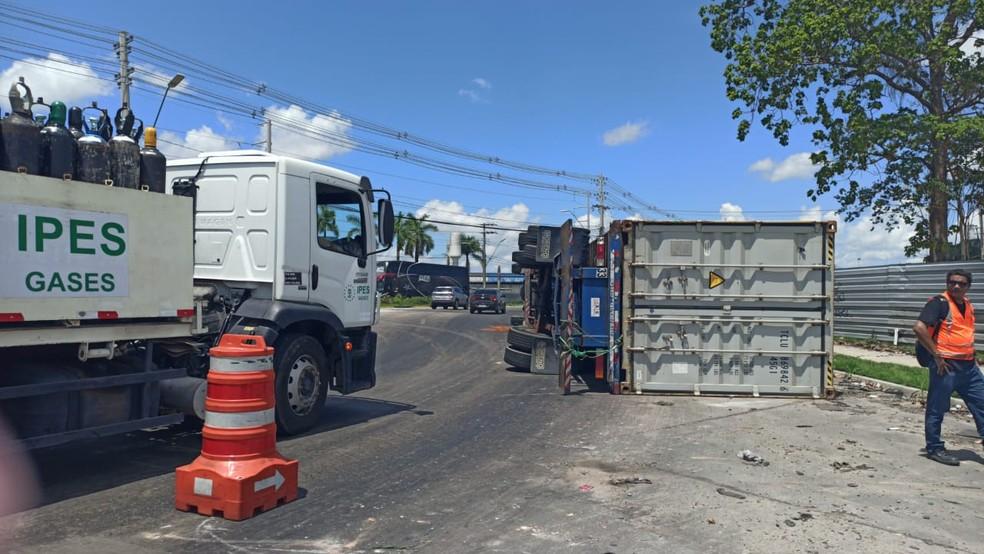 Carreta tombou na Avenida Torquato Tapajós, em Manaus. — Foto: Karla Melo/Rede Amazônica
