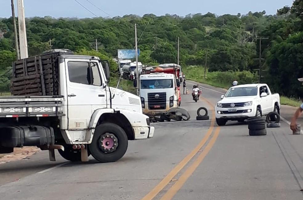 Caminhoneiros bloqueiam BR-406 em João Câmara (Foto: Celso Amâncio)