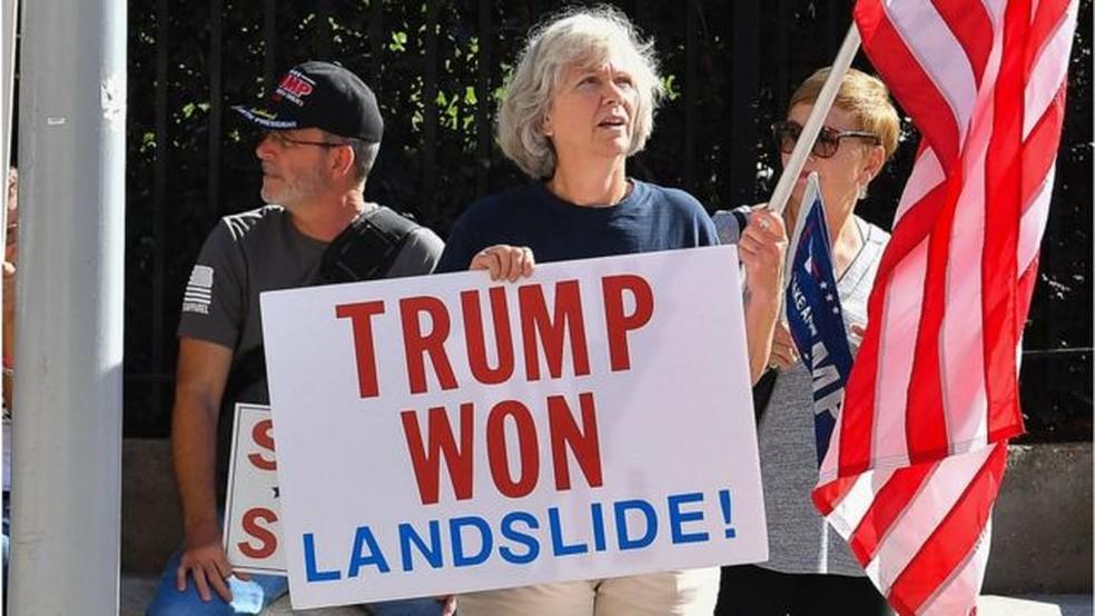 Manifestantes pró-Trump em Atlanta; presidente contesta resultado das urnas — Foto: Getty Images/BBC