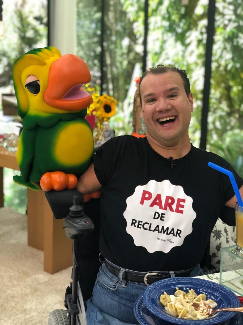 Louro José posa com Marcos no 'Mais Você' — Foto: Cristiane Ferreira/TV Globo
