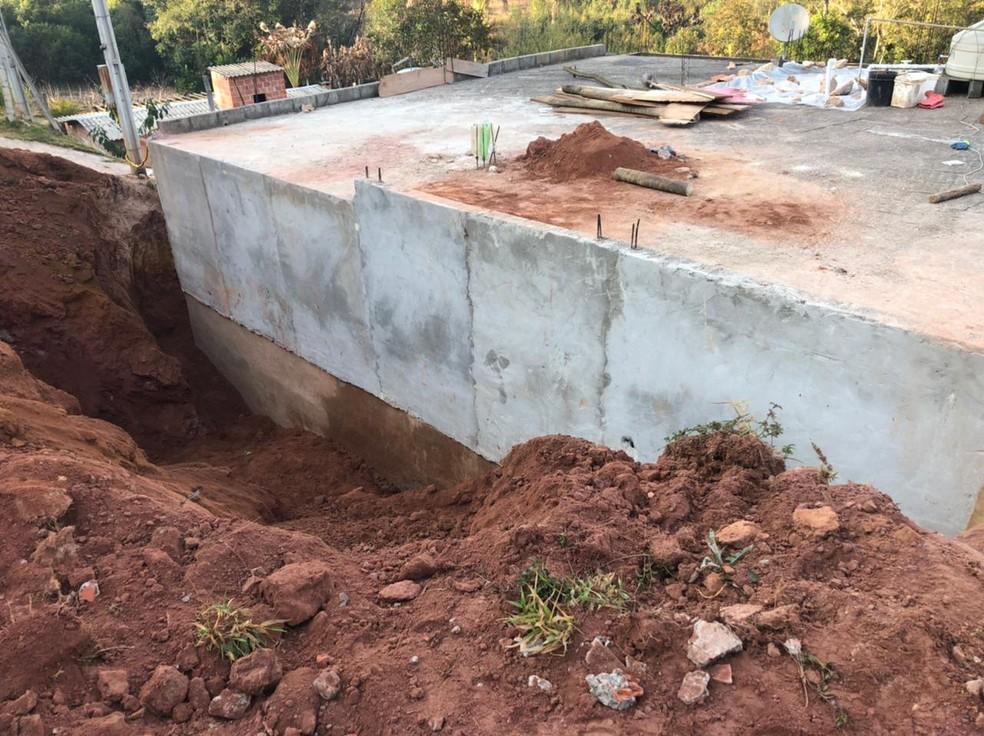 Casal é soterrado em barranco durante obra em Jarinu (SP) — Foto: Fernanda Elnour/TV TEM