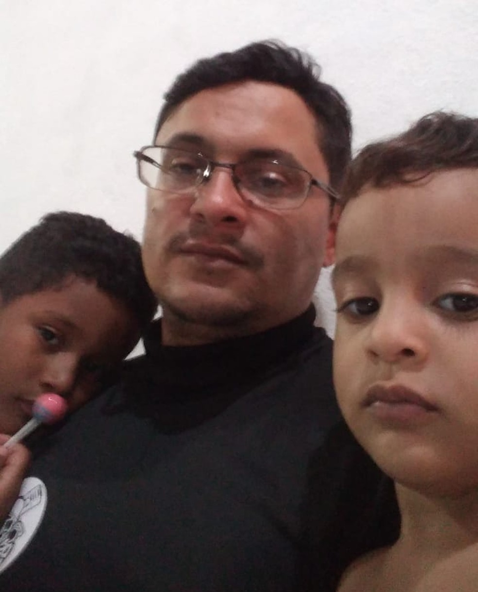 José Janildo com dois filhos — Foto: Arquivo pessoal/cedida
