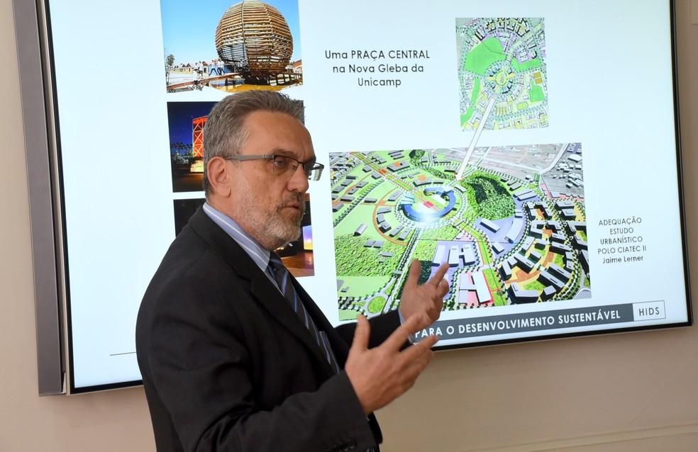 Professor Marco Aurélio Pinheiro Lima, responsável pelo Plano Diretor da Unicamp, mostra planejamento de hub internacional em 2018 — Foto: Antoninho Perri/Ascom/Unicamp
