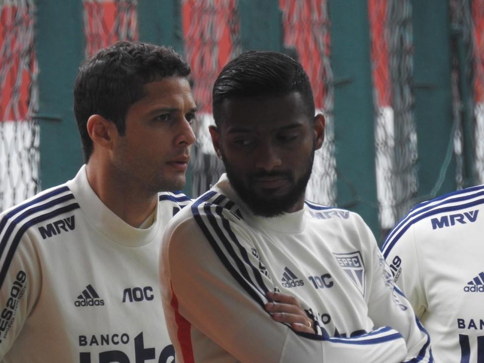 Anderson Martins (esq.) volta a treinar  — Foto: Marcelo Hazan