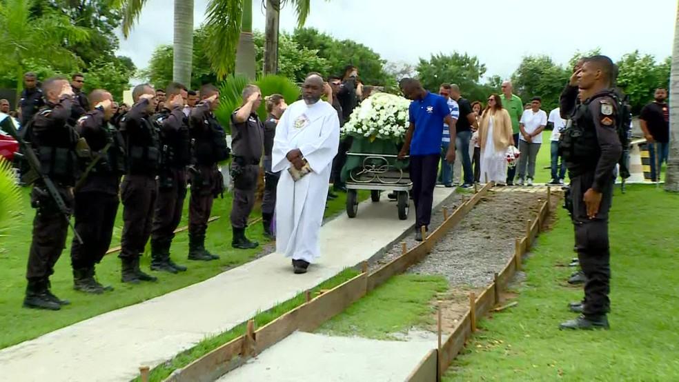 Enterro do PM Diogo Alcântara em Niterói, na Região Metropolitana do RJ. (Foto: Reprodução/ GloboNews)