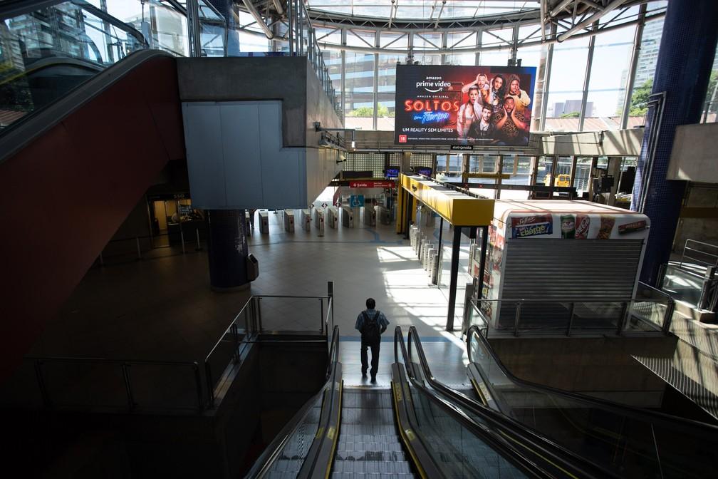 SÃO PAULO - Homem é visto na estação Pinheiros, em São Paulo, com pouco movimento na manhã desta segunda-feira (23) — Foto: Marcelo Brandt/G1