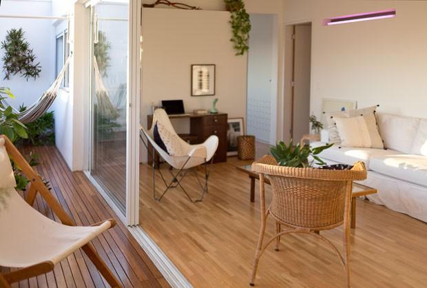 Um apartamento pequeno com decoração jovem e vista para a cidade (Foto: Daniela Ometto)