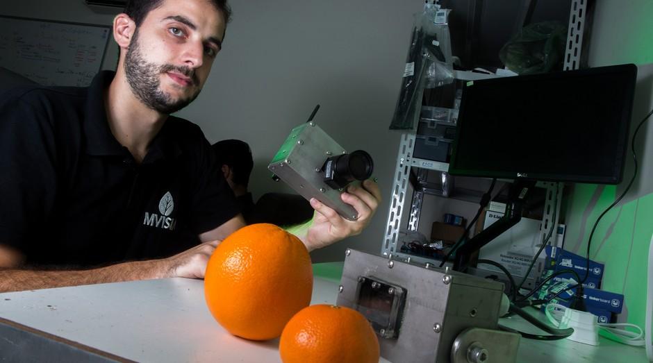Fernando Paes Lopes é empreendedor e sócio da MVISIA, empresa especializada em inteligência artificial, e criou a camera inteligente, equipamento que diferencia produtos em uma esteira de produção. (Foto: Sebrae-SP)