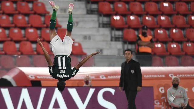 Rony faz o primeiro do Palmeiras. Sob olhar de Gallardo...