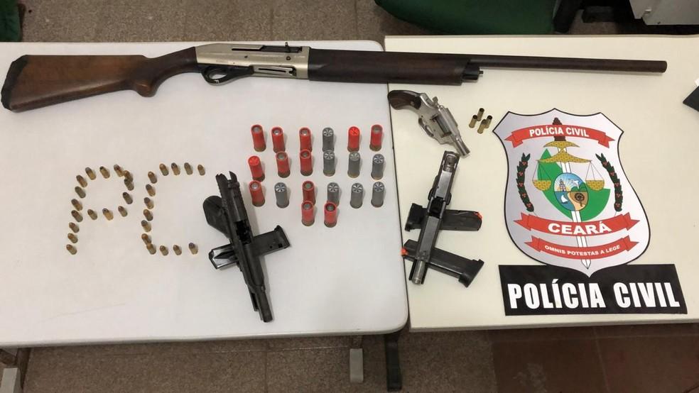 Polícia apreende armas de facção criminosa armazenadas dentro de casa em Pacajus — Foto: (Foto: Paulo Sadat/Sistema Verdes Mares)