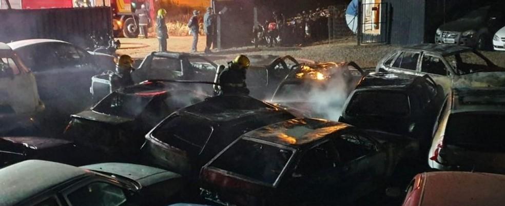 Corpo de Bombeiros foi acionado para combater as chamas — Foto:  Jardel Martinazzo Rádio Capinzal/Divulgação