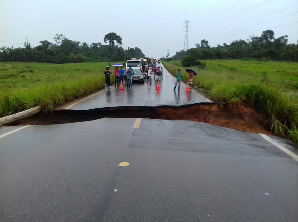 Cratera se abre na rodovia BR-155 e interdita ligação entre municípios do sudeste do Pará (Foto: Divulgação / PRF)