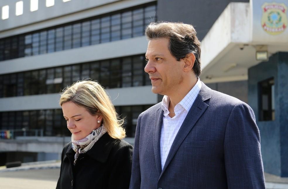 A presidente do PT, Gleisi Hoffmann, e Fernando Haddad depois de visita ao ex-presidente Luiz Inácio Lula da Silva, em Curitiba, nesta segunda (20) (Foto: Giuliano Gomes/PR Press)