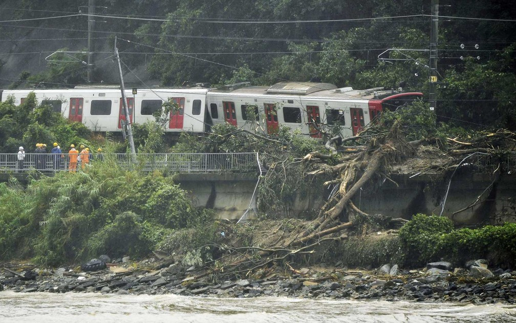 Deslizamento de terra faz trem descarrilar em Karastu (Foto: Kyodo / via Reuters)