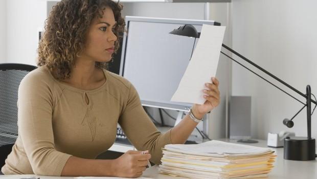 trabalho, currículo, ler, profissional, mulher no trabalho, cansaço, estresse (Foto: ThinkStock)