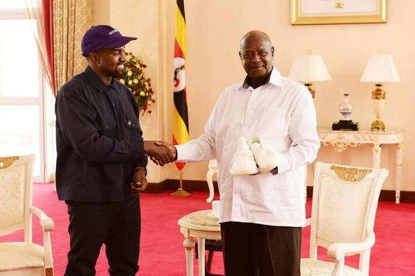 Kanye West entregando um par de tênis de sua marca pessoal para o presidente de Uganda, Yoweri K. Museveni (Foto: Twitter)
