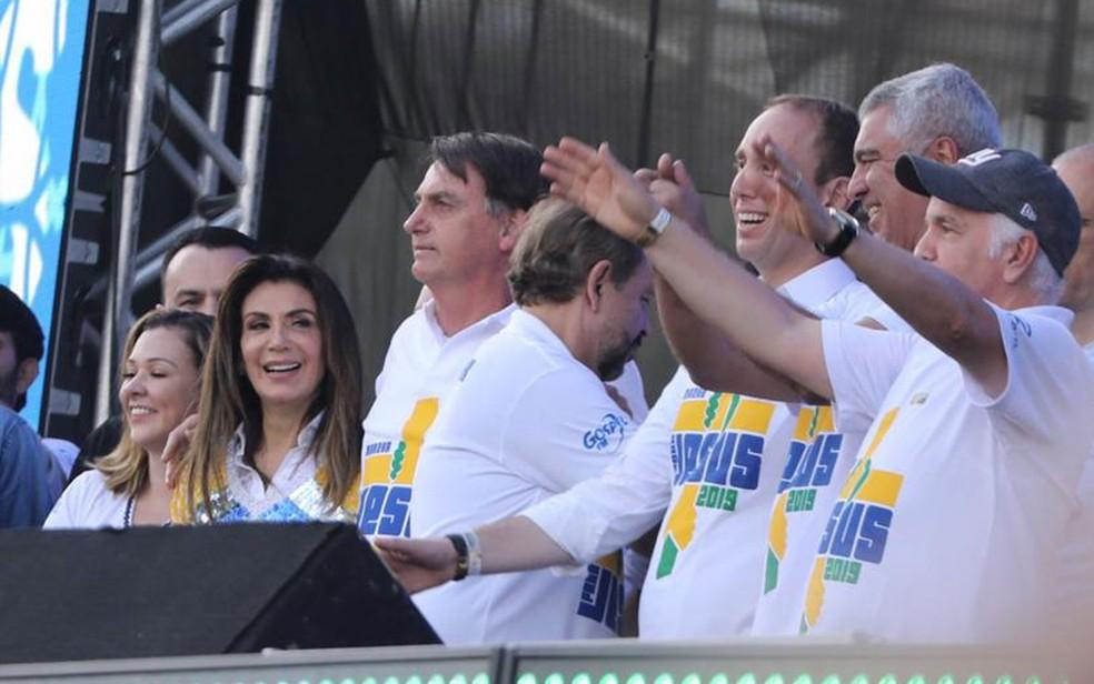 O presidente Jair Bolsonaro, ao lado da Bispa Sônia Hernandes, da Igreja Renascer em Cristo; o senador Major Olimpio (PSL-SP) também participa da Marcha Para Jesus — Foto: Celso Tavares/G1