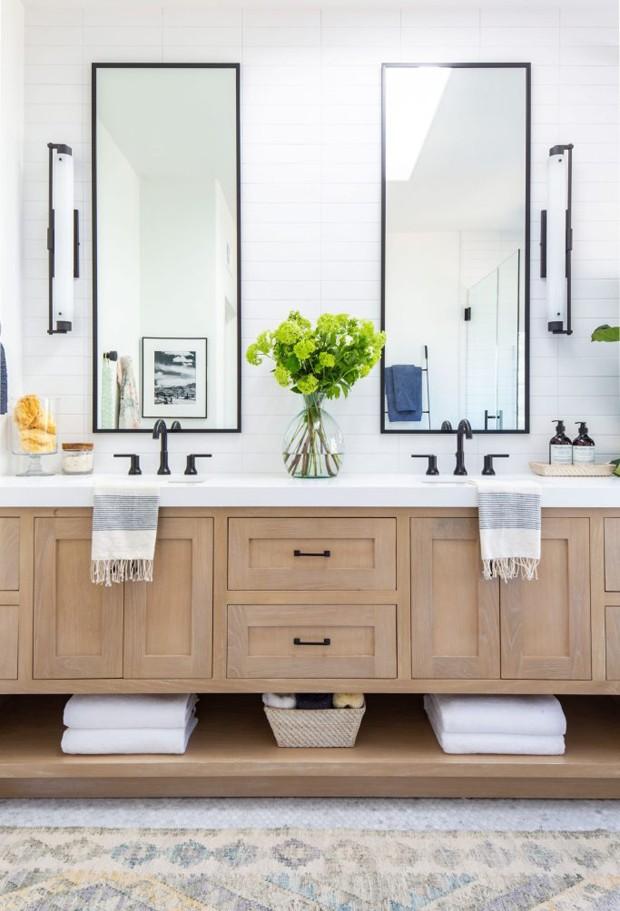 Décor do dia: banheiro todo branco com móveis de madeira (Foto: Anita Yokota/Reprodução)