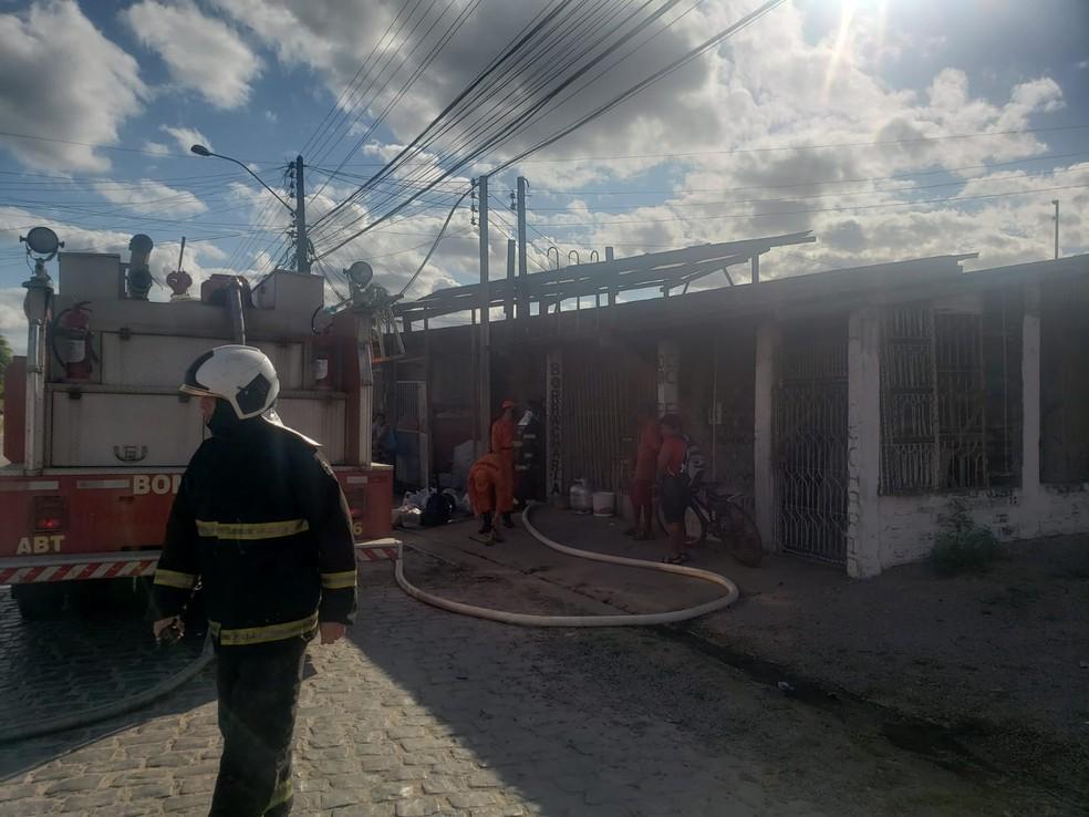 Bombeiros controlaram as chamas e fizeram o rescaldo — Foto: Ascom CBMAL