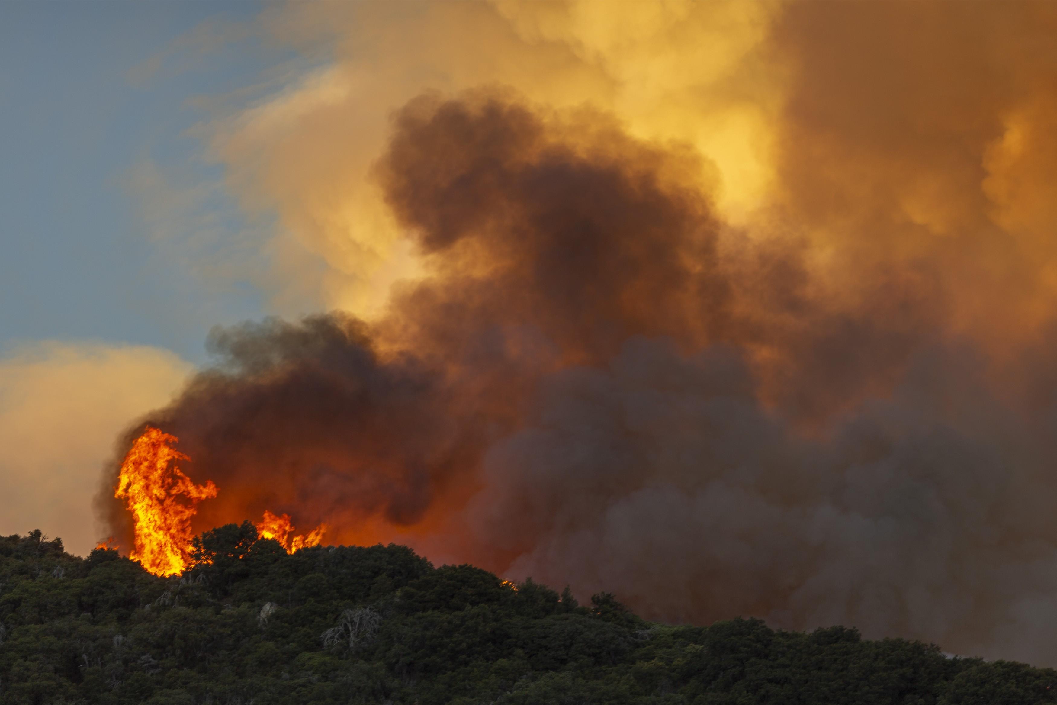 Quase 8 mil pessoas recebem ordens de sair de casa por causa de incêndios na Califórnia