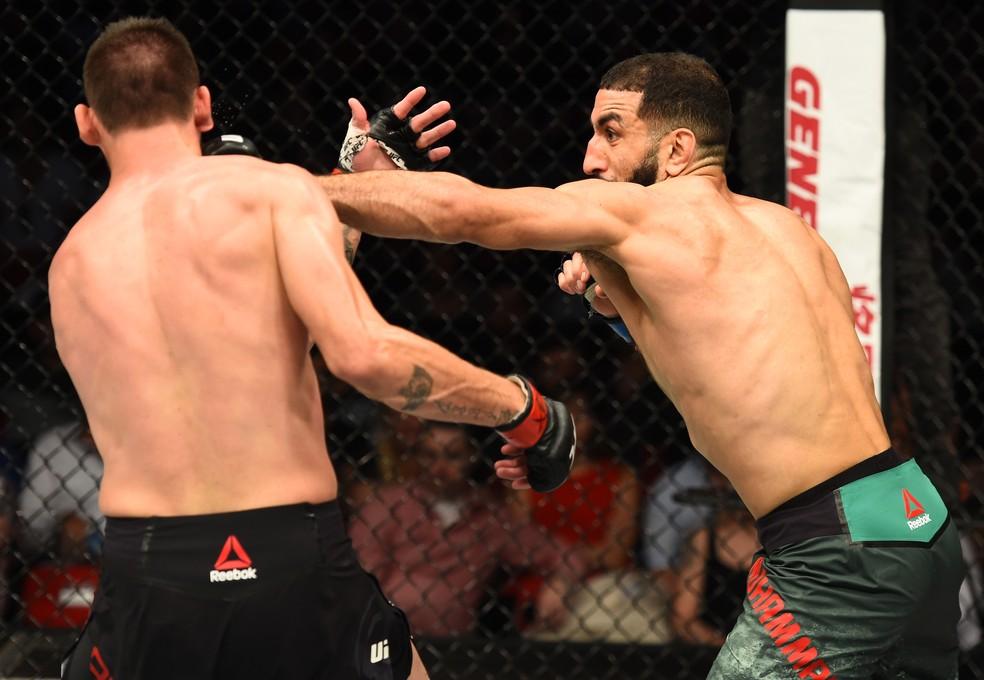 Belal Muhammad golpeia Tim Means em sua vitória por decisão dividida no UFC Sydney (Foto: Getty Images)