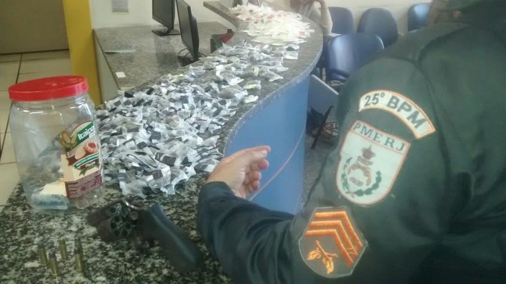 Material foi apreendido com jovem de 20 anos nesta quinta-feira em Cabo Frio (Foto: Polícia Militar/Divulgação)