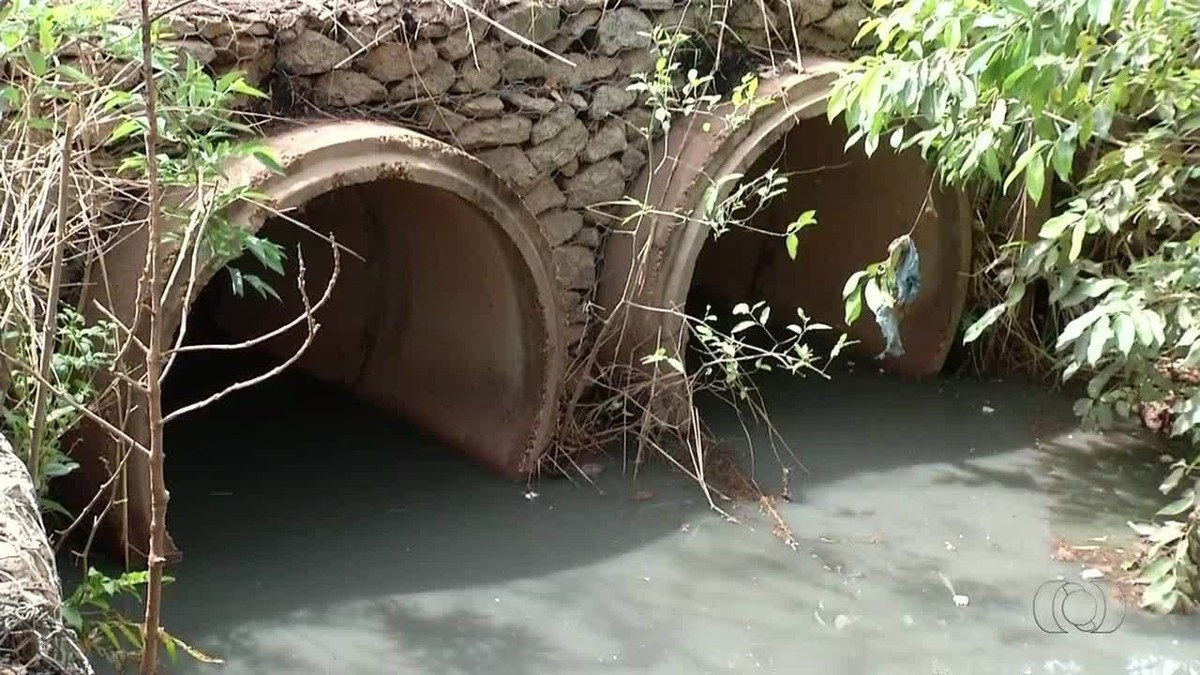 Galeria feita para escoar água da chuva lança esgoto em reservatório de lago