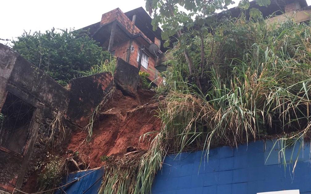 Barranco que deslizou em Salvador e atingiu revendedora de carros na capital baiana  — Foto: Alan Oliveira/G1