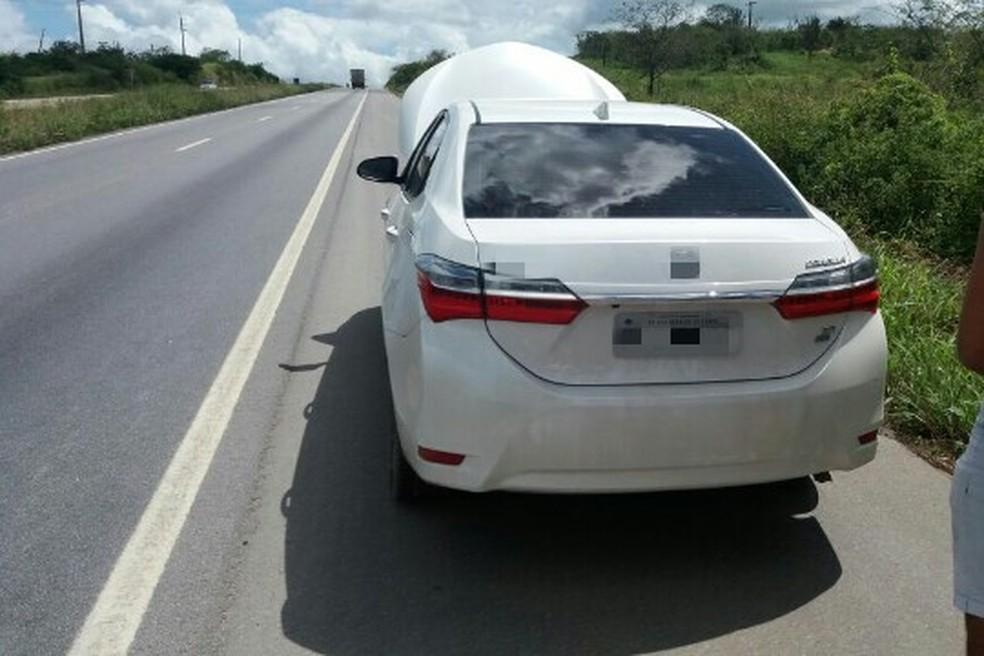 Carro foi apreendido com os criminosos na BR-232 (Foto: Divulgação/PRF)
