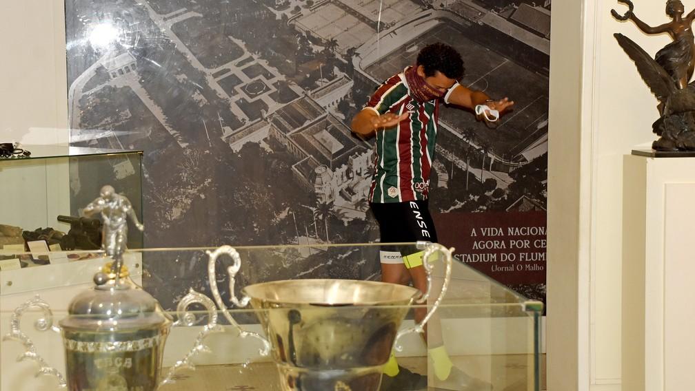 Fred reverencia sala de troféus do Fluminense — Foto: Mailson Santana / FFC