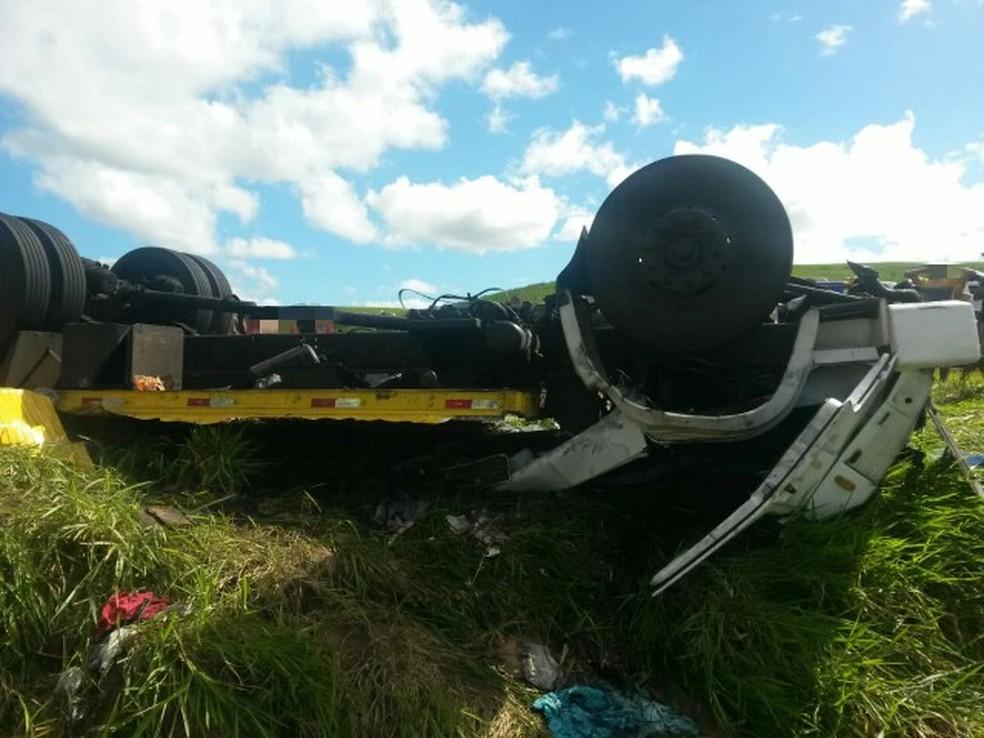 Caminhão tombou no quilômetro 155 da BR-101, em Ribeirão, na Zona da Mata de Pernambuco (Foto: Polícia Rodoviária Federal/Divulgação)