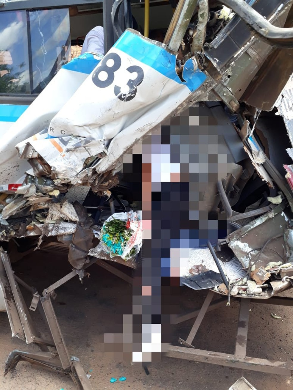 Caminhão colide em ônibus na faixa de pedestre e deixa três pessoas feridas na BR-135 — Foto: Divulgação/Redes sociais