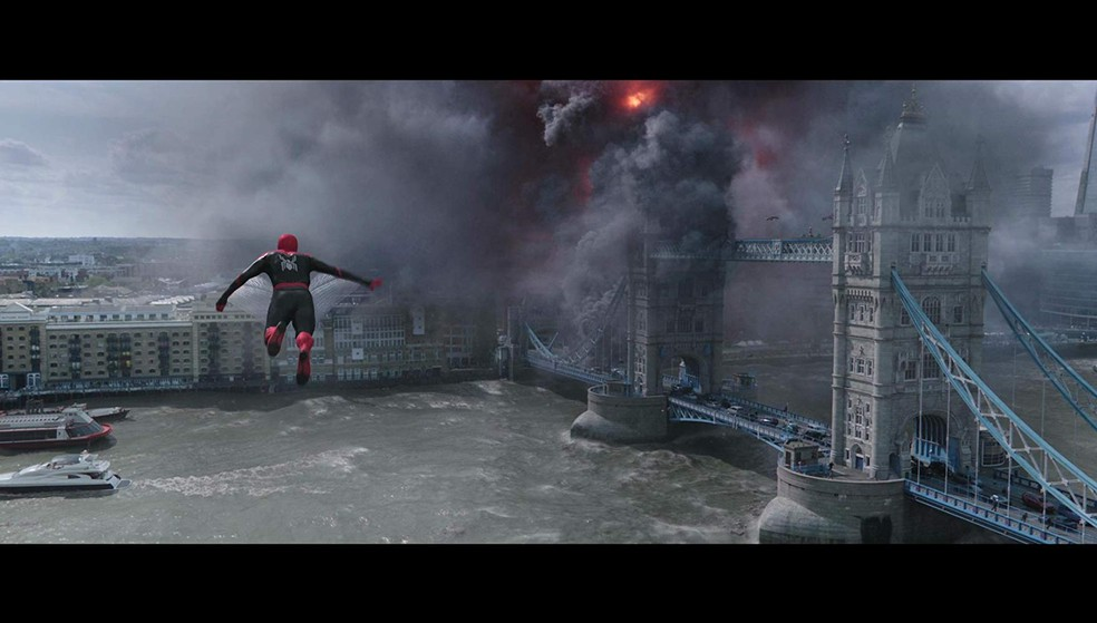 O herói enfrenta elementais em 'Homem-Aranha: Longe de casa' — Foto: Divulgação