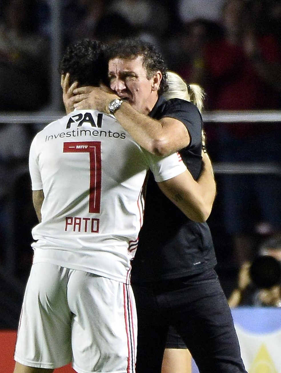 Alexandre Pato abraça Cuca. Atacante fez dois gols no clássico — Foto: Marcos Ribolli